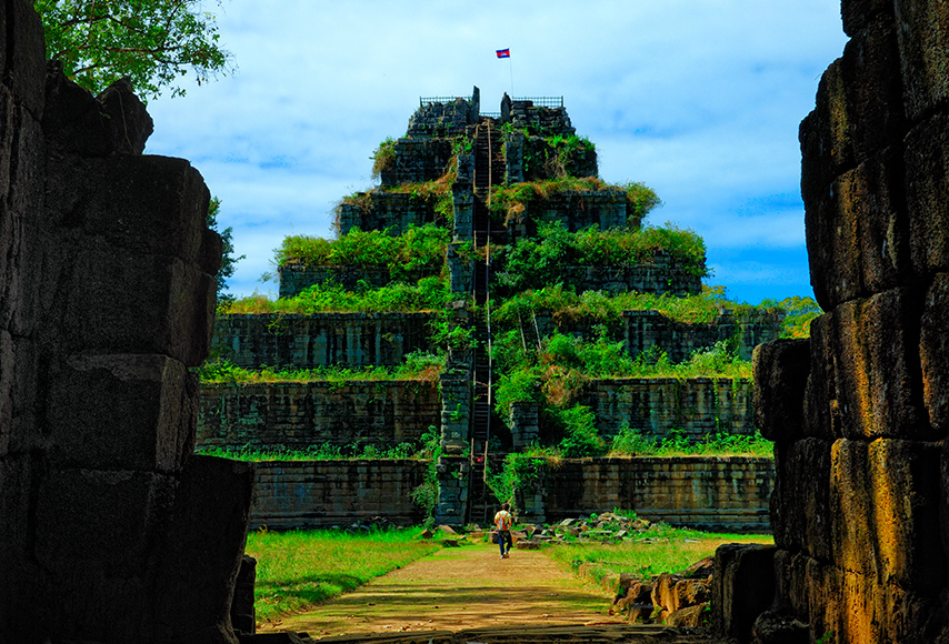 Prasat Thom of Koh Ker (ancient name of the site: Chok Gargyar (the Island of Glory or aka Lingapura)), a 6 step pyramid with central tower, built during the reign of Jayavarman IV (posthumous name: Paramashivapada) 921 - 941. An enormous Linga (18m) used to be at the top of this pyramid and in the central sanctuary, it's now disappeared. At 35m, this pyramid is taller than Angkor Wat.