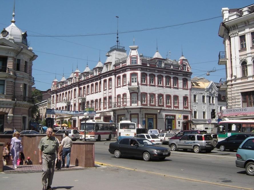 Russia - travel - Vladivostok - Владивосток,_перекрёсток_Светланской_и_Алеутской