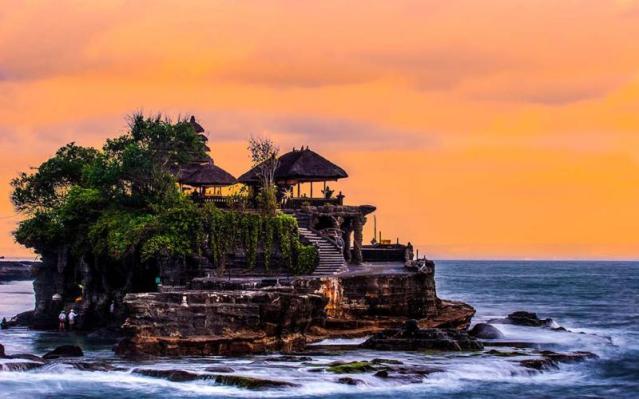 tourism-travel-eurasia-templesofbalijava-indonesia-bali-tanah-lot-temple